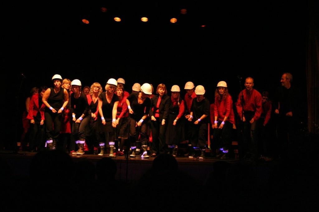 Falu Fredskör sjunger sydafrikansk gruvarbetarsång på konsert med författaren Gören Greider i Kvarnsvedens Folkets hus den 30 oktober 2005. Foto: Per Gillblom